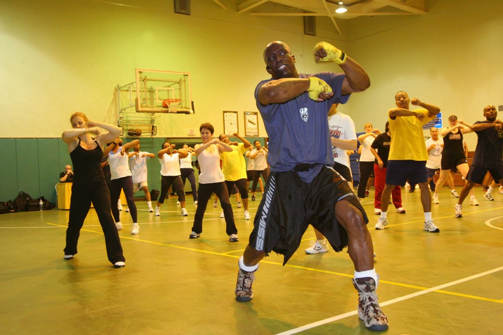 US_Navy_060411-N-6270R-003_Tae_Bo_creator,_Billy_Blanks_holds_a_class_for_service_members_and_their_dependents_on_his_famous_roll_boxing_Tae_Bo_techniques